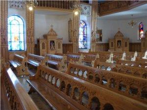 Drewniane ławy w Sanktuarium