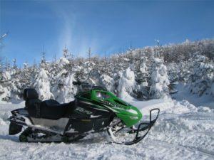 Zimowe przejażdżki skuterem śnieżnym